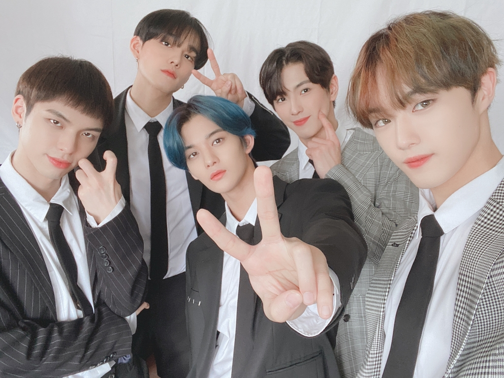 5 member boyband, CIX, light background victory sign, wearing two-piece suits